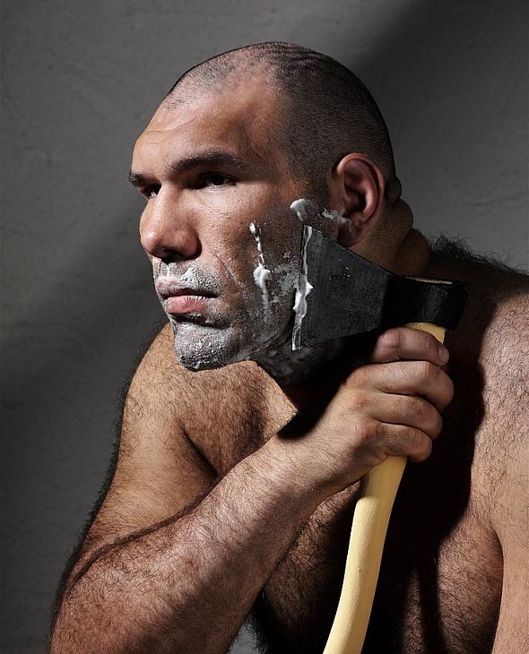 сбривает мне волосы на голове мужчина